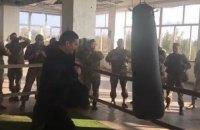 Чемпион мира Усик навестил бойцов в Марьинке