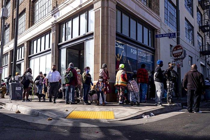 Американцы стоят в очереди, чтобы получить еду и предметы первой необходимости на День Благодарения, в центре помощи в Лос-Анджелесе, Калифорния, США, 25 ноября 2020