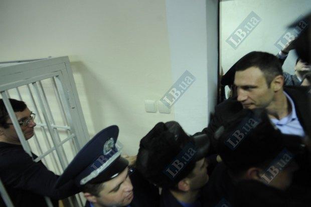 На одном из судебных заседаний Луценко поздравил Кличко с победой над Чисорой
