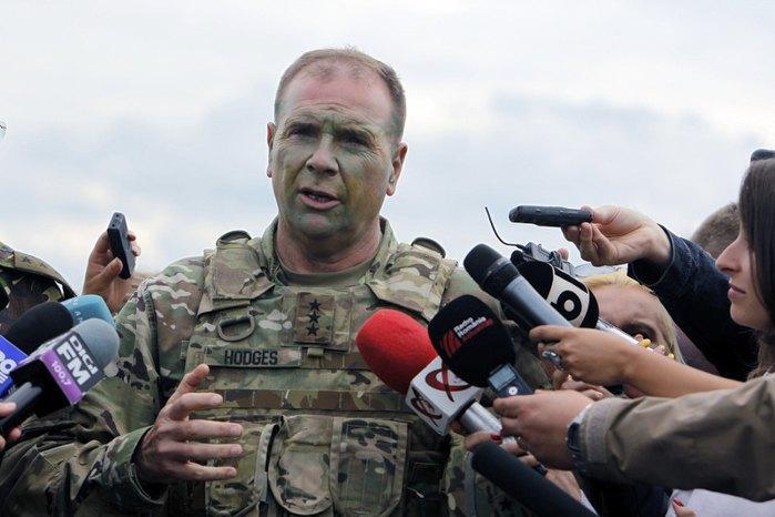 Командующий армией США в Европе генерал-лейтенант Бен Ходжес беседует со СМИ во время совместных учений Sabre Guardian 2017, Румыния, 15 июля 2017
