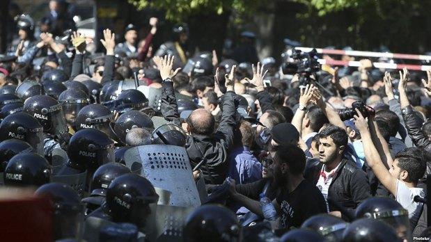 Столкновения оппозиции с ОМОНом в Ереване, 16 апреля 2018.