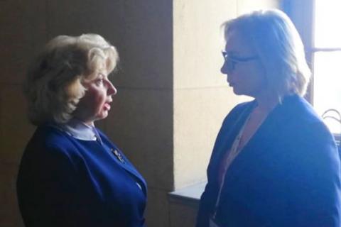 Денисова провела переговоры с Москальковой в коридоре парламента Греции