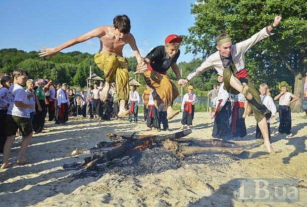 А после него ребята принялись прыгать через купальский огонь