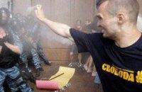"""Чоловіка, який атакував """"Беркут"""" під Українським домом, відпустили під підписку про невиїзд"""