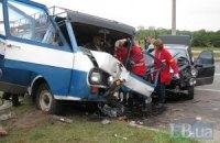 ДТП у Києві: бійцям МНС довелося розрізати автомобіль, щоб витягнути водія