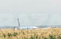 У Росії посеред кукурудзяного поля екстрено сів пасажирський літак, що летів до окупованого Криму
