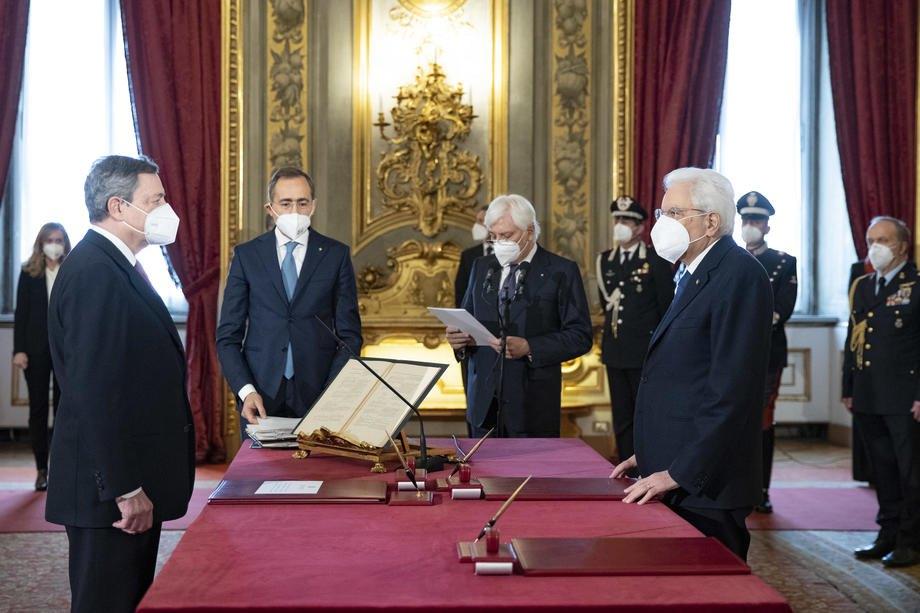 Президент Італії Серджо Маттарелла (крайній праворуч) та прем'єр-міністр Маріо Драгі (ліворуч) під час церемонії присяги нового уряду в Квіринальському палаці в Римі, 13 лютого 2021 р.