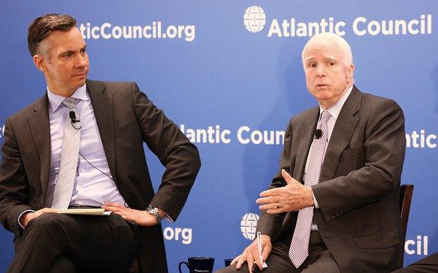 Джон Маккейн - справа