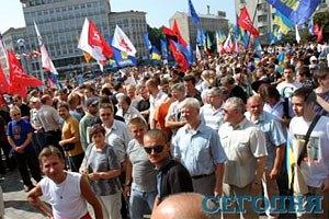 Біля Українського дому стрімко зростає кількість мітингувальників