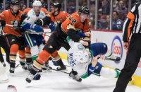 """Тафгай """"Анахайма"""" одним ударом свалил на лед 104-килограммового соперника в матче НХЛ"""