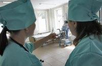 У Хмельницькій області соцробітниця споювала пенсіонерку, щоб заволодіти земельним паєм