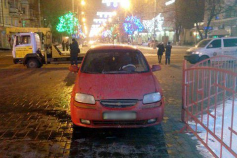 П'яний поліцейський в'їхав у маріупольську ялинку
