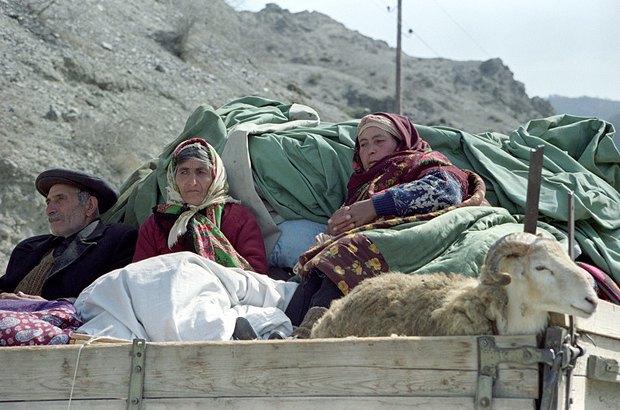 Азербайджанські біженці намагаються виїхати з зони конфлікту в Нагірному Карабаху. 04.04.1993