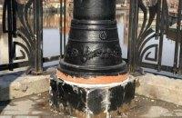 В Калининграде для оформления опор освещения использовали перевернутые горшки