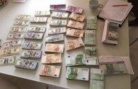 Під час обшуків у керівництва Броварської податкової інспекції вилучили €180 тис. і $100 тис.