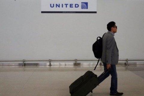 United Airlines согласилась окомпенсации с против воли высаженным пассажиром