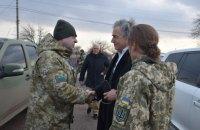 Французский писатель и философ Бернар-Анри Леви посетил КПВВ на линии разграничения на Донбассе