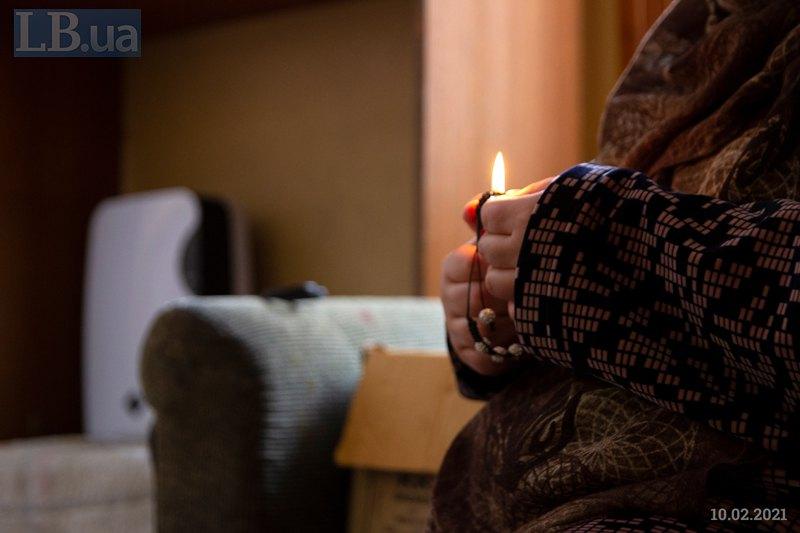 Назокат завершує плетіння браслета