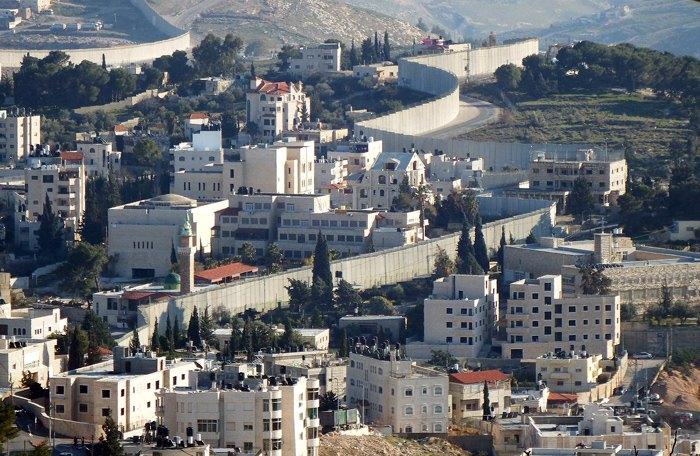 «Стена безопасности» в районе Иерусалима местами проходит между домами