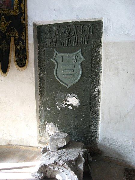 Надгробная плита одного из Сутковских, Ивана, в интерьере церкви. Само захоронение – в подземной крипте храма