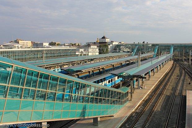 Железнодорожный вокзал в Донецке после реконструкции в 2012 г. и до военных событий