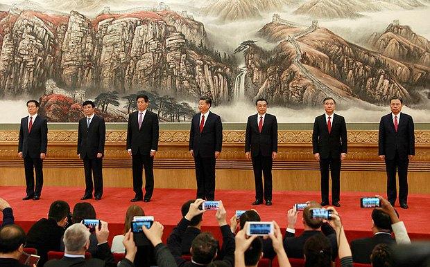 Новые члены Политбюро (cлева-направо): Хань Чжэн, Ван Хунин, Ли Чжаньшу, Си Цзиньпин, Ли Кэцян, Ван Ян и Чжао Лэцзи во время представление в Доме собраний, 25 октября 2017.