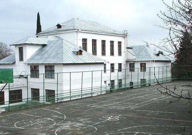 На бетонні тераси лівадійської школи переселили дітей із зеленого дитсадка в Ореанді