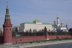 """У Москві поліція затримала чоловіка за напис """"Мир всьому світу"""" на стіні Кремля"""