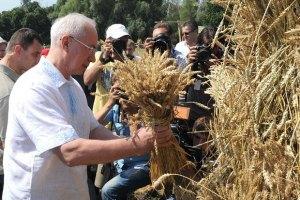 Азаров обіцяє за п'ять років подвоїти врожай зерна