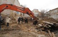 Активисты сломали забор в Десятинном переулке