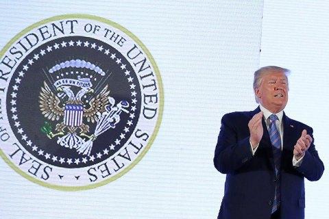 """В США во время выступления Трампа за его спиной появился """"двуглавый орел"""" с клюшками для гольфа"""
