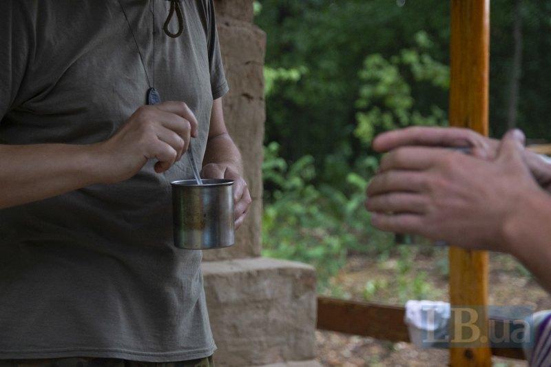 Учасники розкопок спілкуються за кавою.