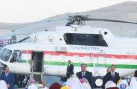 В Таджикистане начальник аэропорта упал и умер из-за президентского вертолета