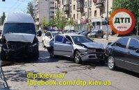 У Києві мікроавтобус на світлофорі протаранив два легковики