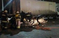 Три человека погибли при столкновении BMW с фурой в Киеве (обновлено)