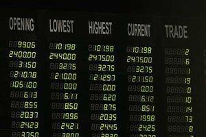 Курс гривні на валютному ринку знизився на три копійки