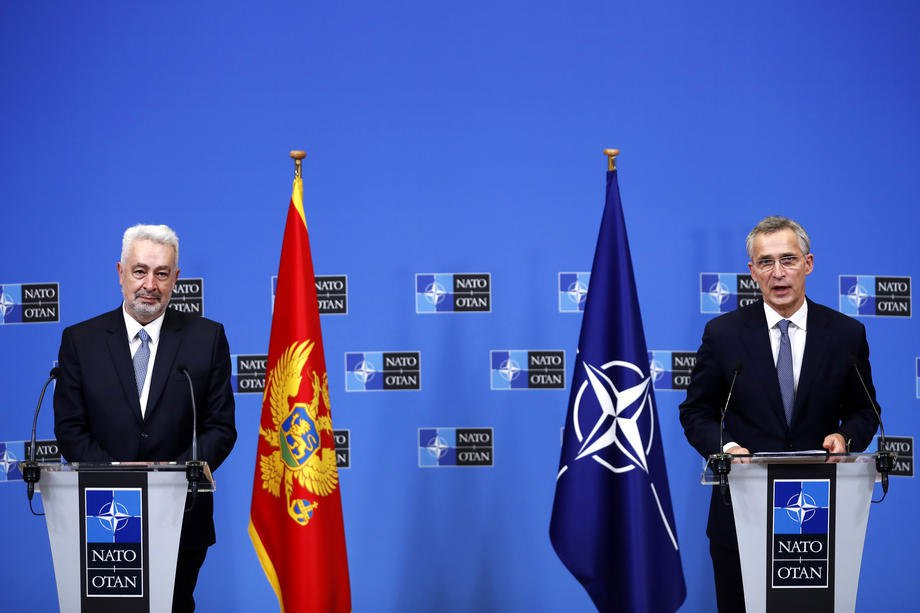 Генсек НАТО Йенс Столтенберг (справа) и премьер-министр Черногории Здравко Кривокапич во время совместной пресс-конференцию после переговоров в Брюсселе, 15 декабря 2020 .