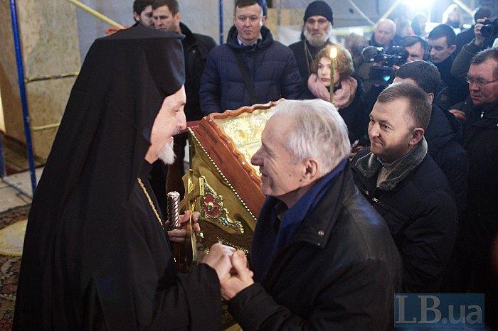 Представитель Вселенского патриарха митрополит Галльский Эммануил общается с прихожанами