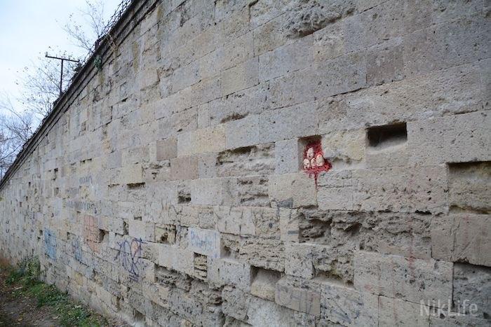 Арт-объект в стене Николаевского судостроительного завода