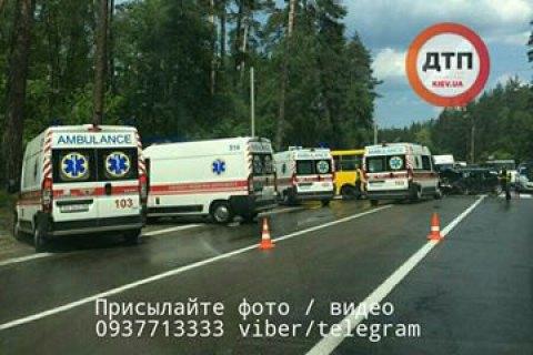 УКиєві автомобіль із єврономерами протаранив маршрутку, на місце виїхали 8 швидких