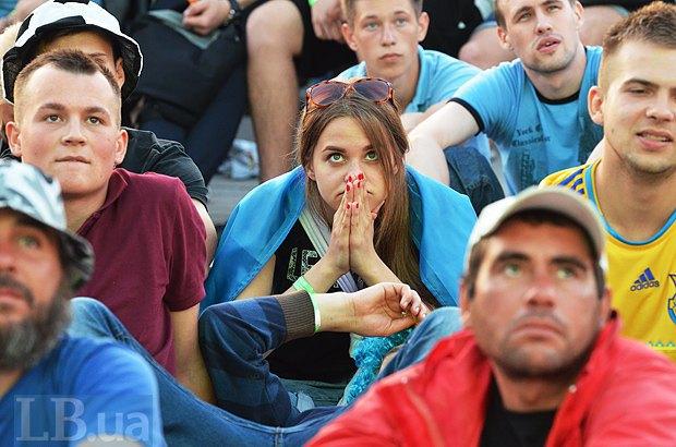 Эмоции украинских болельщиков, следивших за матчем на большом экране в специально обустроенной фан-зоне возле стадиона Олимпийский в Киеве