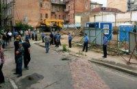 В Десятинном переулке в Киеве милиция бьет местных жителей