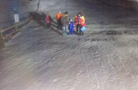 На гірськолижному курорті у Львівській області 32 туристів зняли з застряглого підйомника