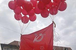Прокуратура требует разрешить красные знамена во Львове