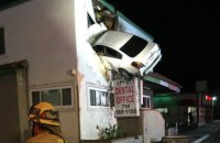 В Калифорнии машина врезалась во второй этаж клиники