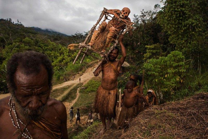 После проведения реставрации над мумией Moйманго, отца Гемтасу, семья несет ее обратно к скале над деревней.