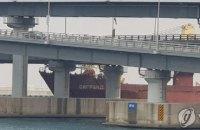 В Южной Корее российское судно с пьяным капитаном врезалось в мост
