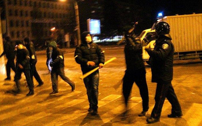 Тітушки спілкуються з працівниками міліції в ніч розгону Майдану в Запоріжжі, 26 січня 2014 року