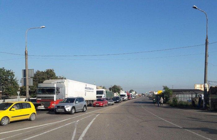 Акцию протеста устроили сегодня одесские автомобилисты, перекрыв дорогу в районе «Двух столбов».