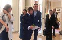 Сенцов подарил президенту Франции свою тюремную кружку